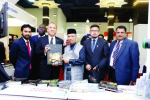 YB Dato Seri Nazri with exhibitors from Brunei Darussalam